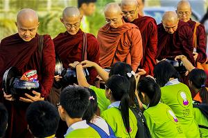 Tu học Phật pháp - Nét đẹp trì bình khất thực trên đất Thái Lan