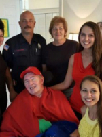 Cô gái trẻ và hai người lính cứu hỏa
